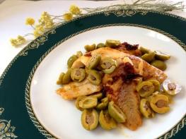Abadejo de Alaska con olivas y cebolla
