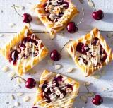 Mini danesas con queso y cerezas