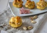 bolas de masa choux con mousse de mortadella y pistachos