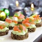 Canapés con salmón y aguacate