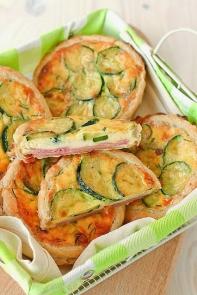 mini tartaletas de masa de hojaldre con calabacines
